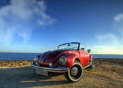 VW Beatle cabrio rojo
